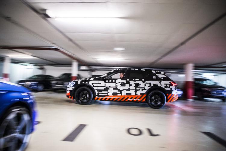 Audi e-tron-Prototyp rast durch eine Tiefgarage