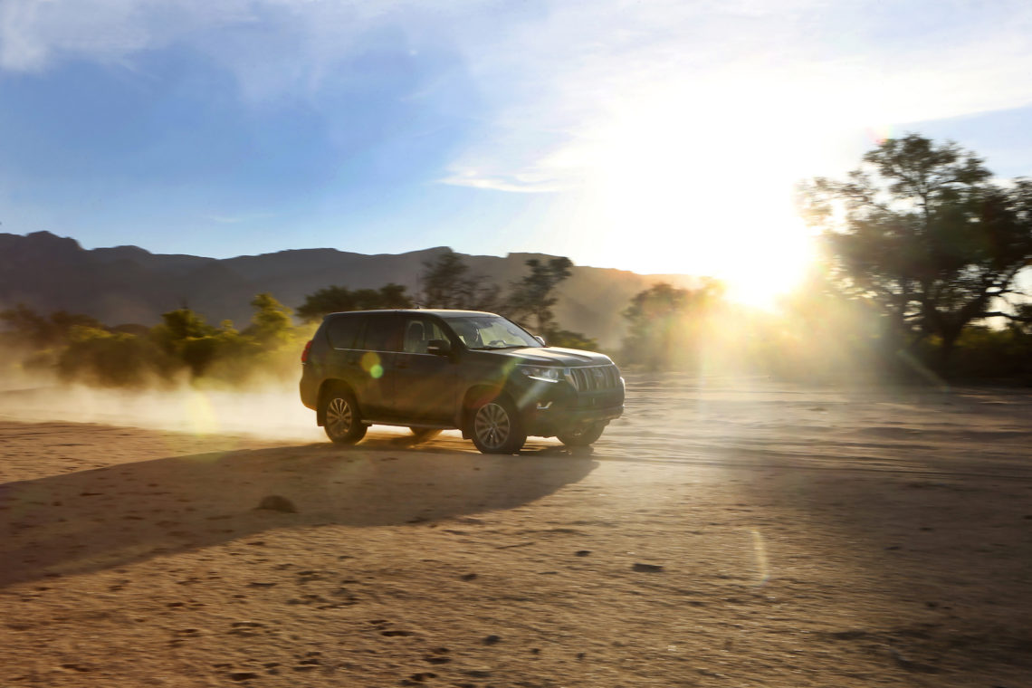 Toyota Land Cruiser in voller Fahrt über eine Sandpiste