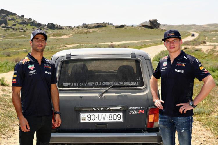 Ricciardo und Verstappen neben ihrem Lada 4x4