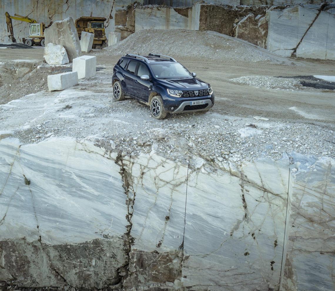 Offroad im Dacia Duster durch einen Mamorsteinbruch