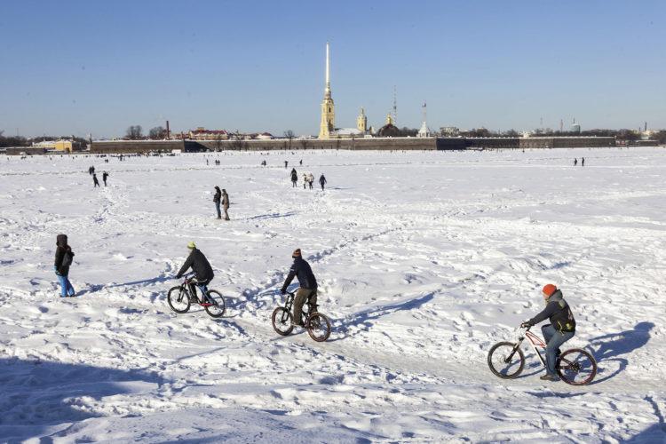 Einheimische fahren Ski und Schlittschuh auf dem Eis.