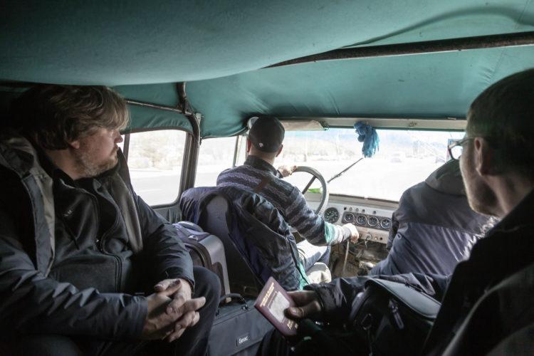 Im knorrigen Geländewagen der bekannten russischen Marke UAZ
