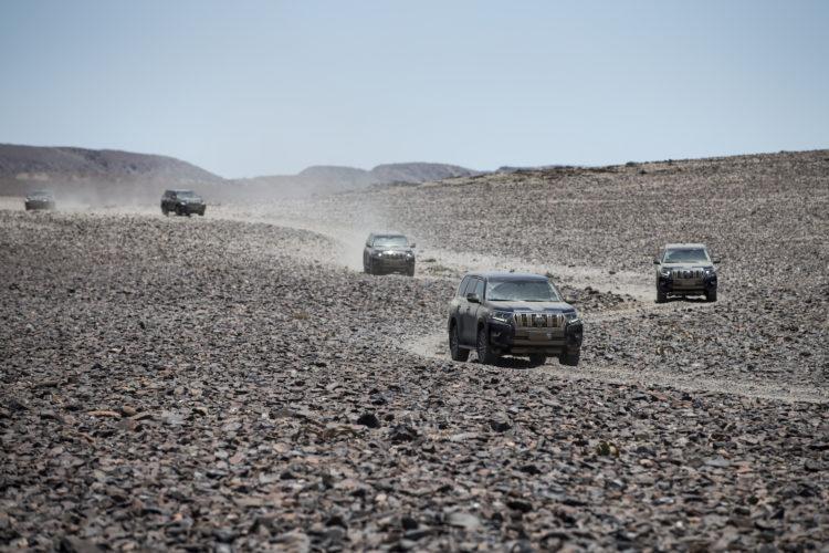 Vier Toyota Land Cruiser im Konvoi