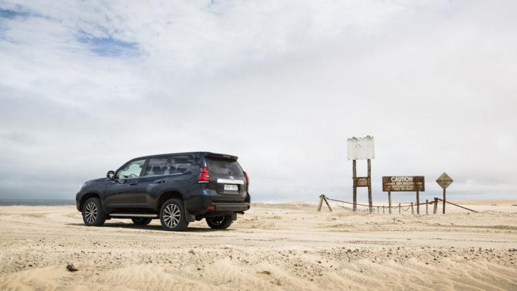 Toyota Land Cruiser vor im Sand