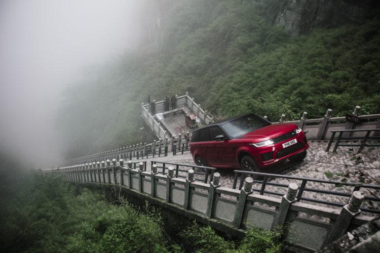Range Rover Sport fährt die 999 Stufen zum Heaven's Gate