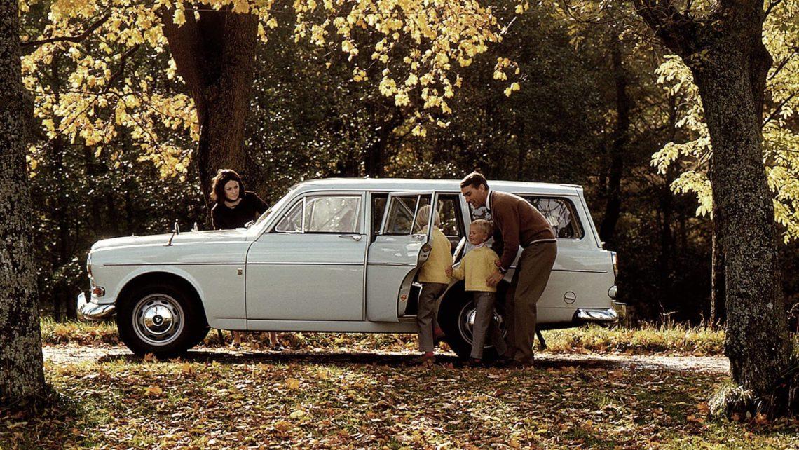 Familenbild mit historischem Volvo-Kombi
