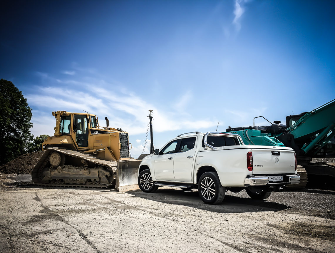 Mercedes-Benz X 250d auf Baustelle neben Bagger