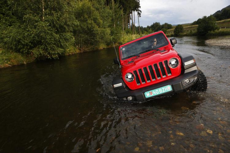 Jeep Wrangler JL steckt im Fluss fest