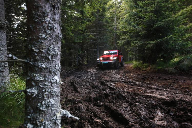 Jeep Wrangler JL im Schlamm