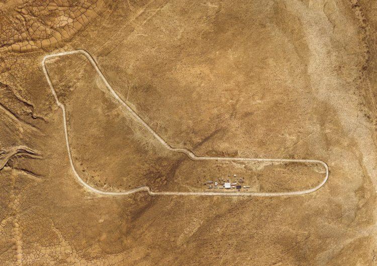 BMW baut für den Werbespot zum neuen BMW X5 die Rennstrecke von Monza in exakter Kopie in der Sahara nach
