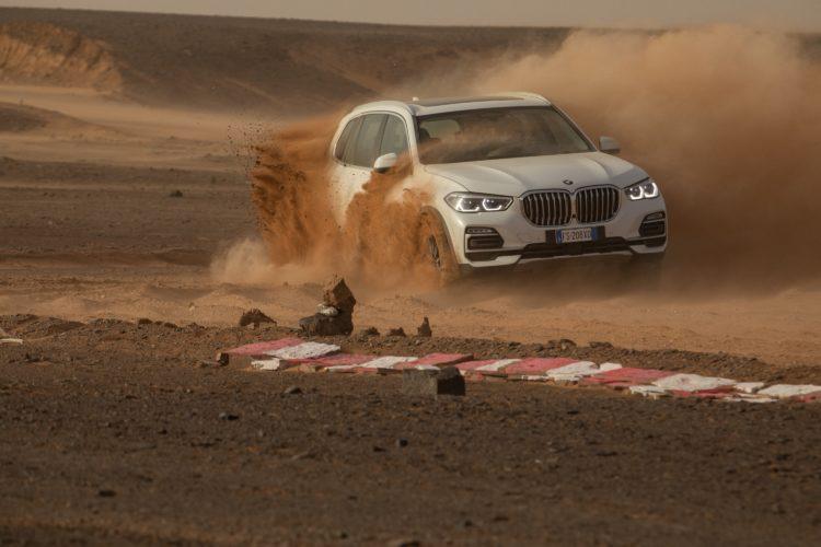 BMW baut für den Werbespot zum neuen BMW X5 die Rennstrecke von Monza exakt in der Sahara nach