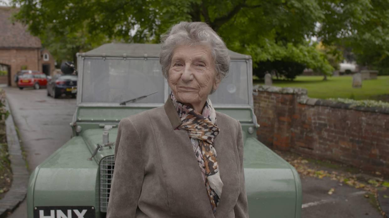 """Land Rover: Oma nach 70 Jahren mit """"ihrem"""" Landi vereint"""