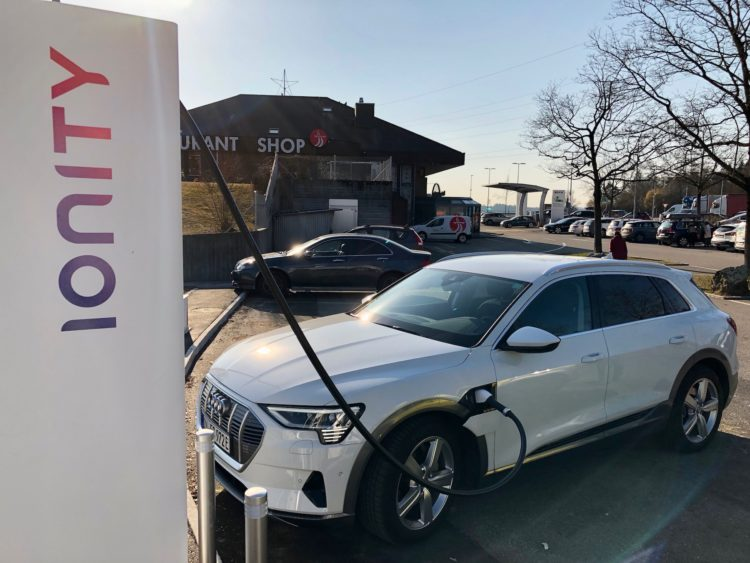 Der neue Audi e-tron an der Ionity Ladesäule in Grauholz BE