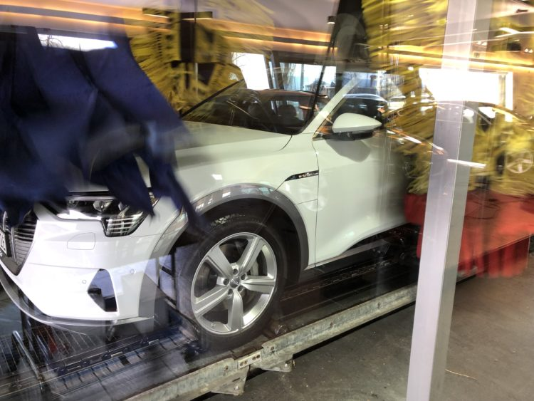 Der neue Audi e-tron Car-wash