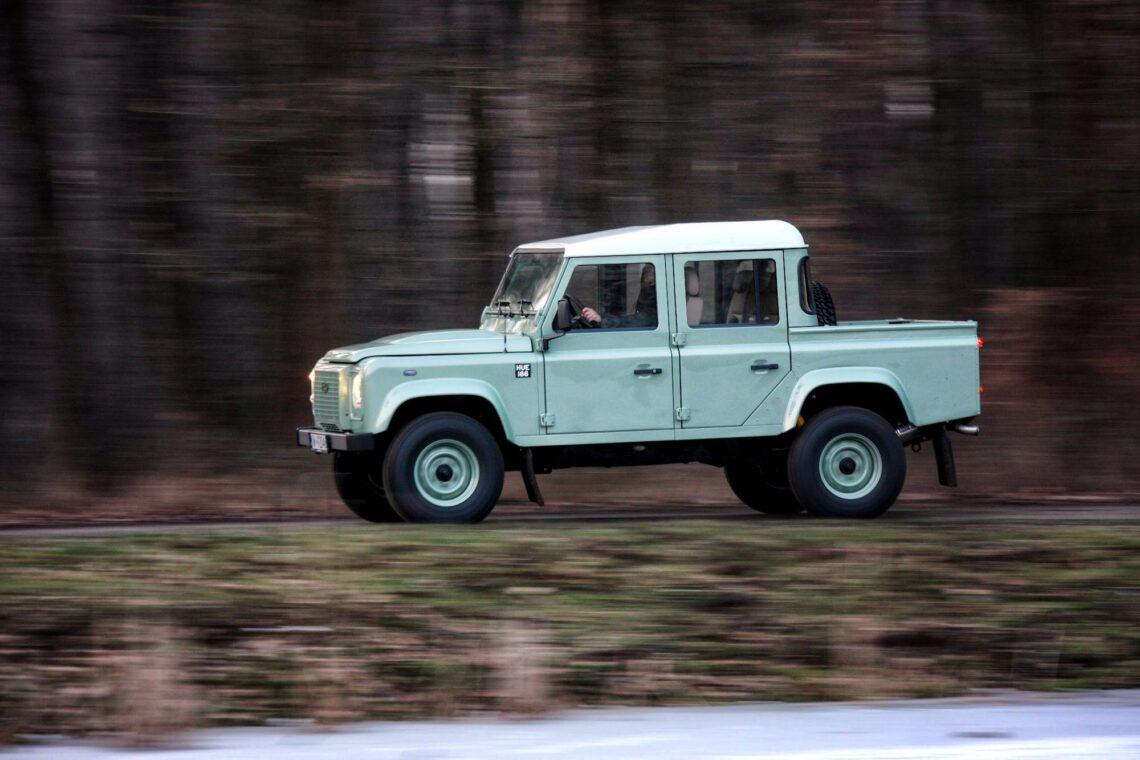 Das ist ein fabrikneuer Land Rover Defender – Made in Polen