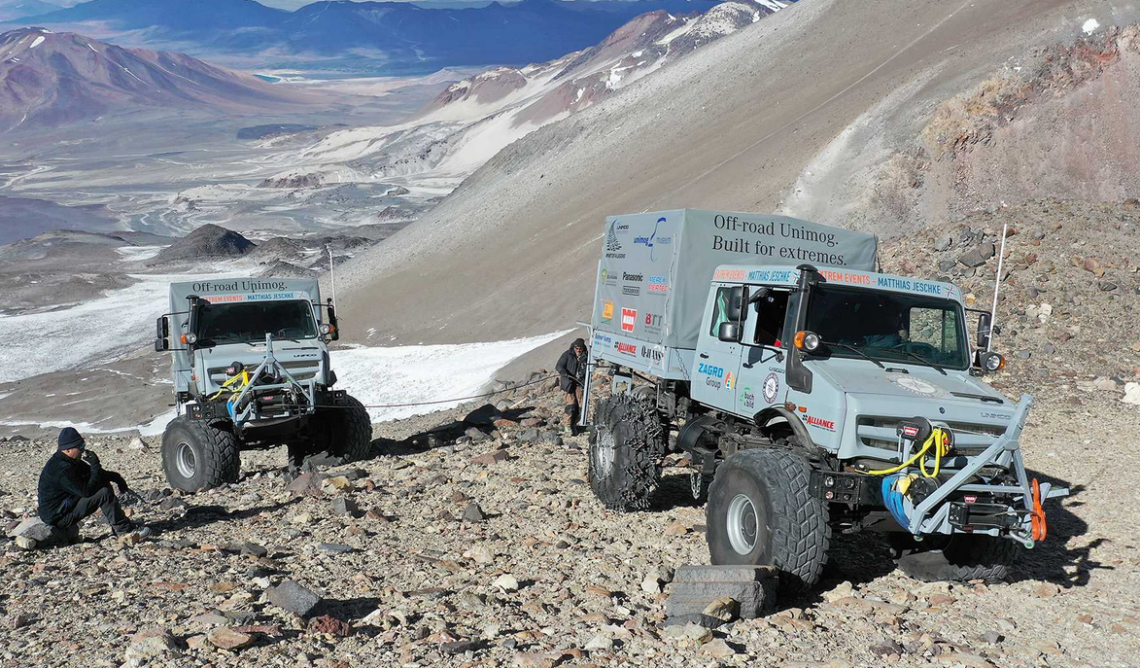 Zwei Unimog schaffen Höhenrekord und kraxeln auf 6'694 Meter über Meer