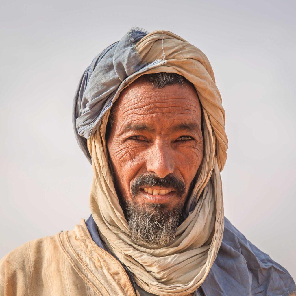 Ein Bild, das Person, Mann, Turban, tragen enthält.  Automatisch generierte Beschreibung